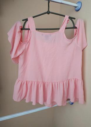 Блузка блуза с открытыми плечами и воланами