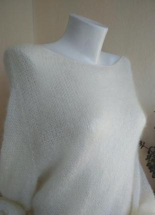 Белый свитер из альпаки и кидмохера.