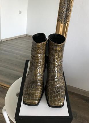 Ботильоны сапожки с тиснением под кожу крокодила с квадратным мысом каблуком в стиле zara
