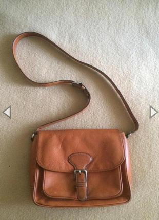 Вместительная кожаная сумка кроссбоди на длинном ремешке