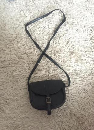 Маленькая чёрная сумочка кроссбриди