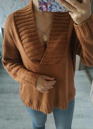 Стильный свитер с v-образным вырезом