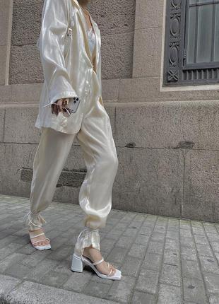 Блестящие брюки штаны
