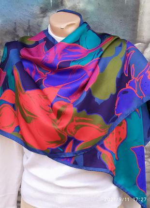 Яркий шелковый платок принт