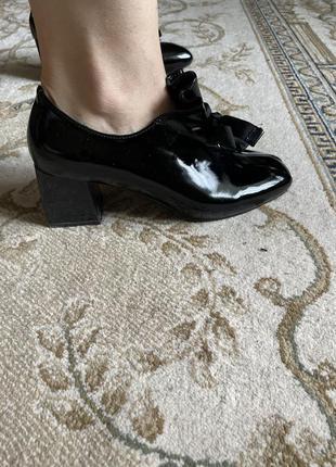 Стильні лакові туфлі