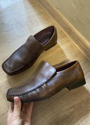 Коричневые туфли мокасины