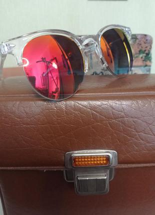 Солнцезащитные очки с цветным стеклом в прозрачной оправе