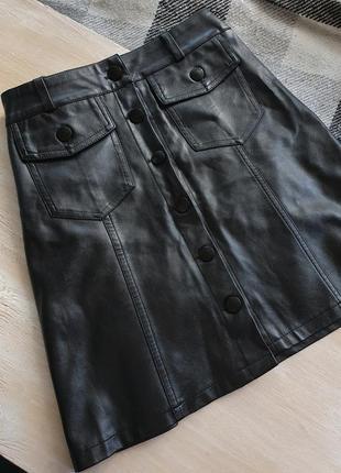 Черная юбка из эко кожи на пуговицах