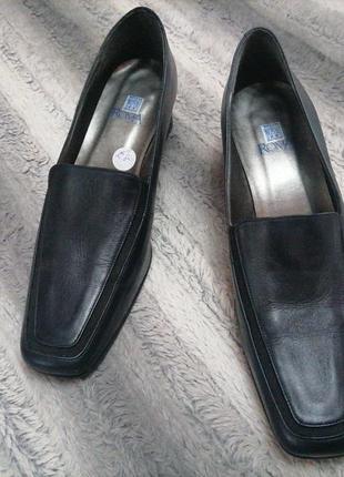 Очень классные туфли лоферы из наьуральной кожи на устойчивом каблуке