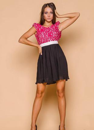 Розовое гипюровое платье с открытой спиной и плиссированной юбкой