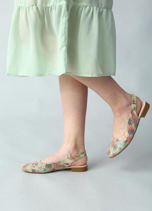 Женские кожаные босоножки с закрытым носком