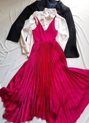 Шикарное платье в плиссе от guess.