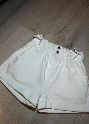 Белые джинсовые шорты