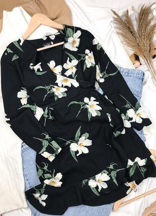 Черное короткое платье на запах с длинным рукавом в цветочный принт
