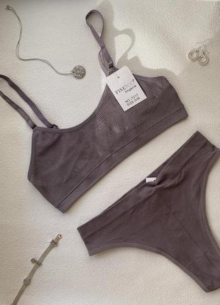 Базовый комплект бесшовного нижнего белья в рубчик, топ и трусики бразилиана.