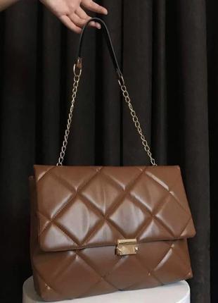 Коричневая женская сумка кожзам кросс боди стёганая с цепочкой