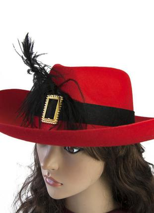 Маскарадная шляпа мушкетера красная с черным пером+подарок