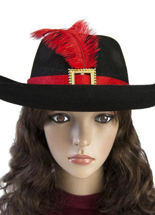 Черная маскарадная шляпа мушкетера с лентой и красным пером+подарок