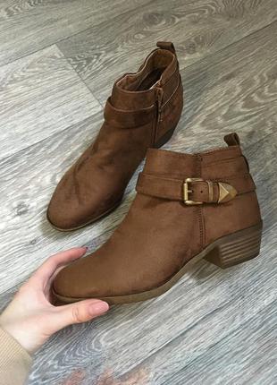 Новые замшевые ботинки казаки карамельного цвета с пряжкой new look
