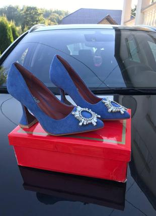 Туфли на каблуке с брошкой синие
