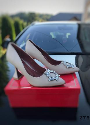 Туфли на каблуке с брошкой бежевые