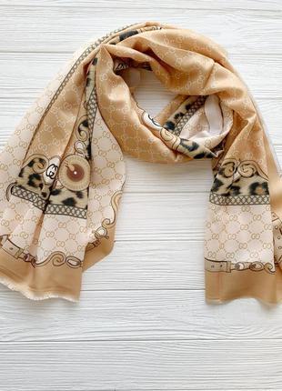 Женский шарф с брендовым принтом