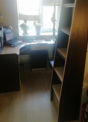 Детская спальня со встроенным шкафом и столом.