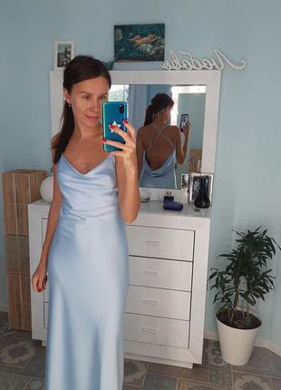 Шелковое платье макси вечернее нарядное с открытой спиной и декольте качели
