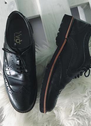 Кожаные туфли с перфорацией yvo