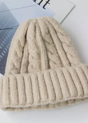 Бежевая зимняя, вязаная шапка, женская.