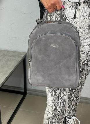 Серый рюкзак, спереди натуральная замша+кожа