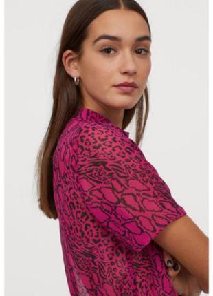 Актуальна блуза-футболка від h&m на мініатюрну дівчину