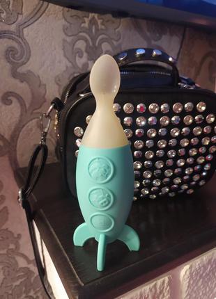 Дорогая фирменная ложка бутылочка идеальна для первого прикорма младенцев,полностью силиконовая, очень классная,на подставке обучающая