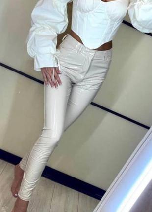Нюдовые/бежевые лаковые/виниловые брюки в облипку