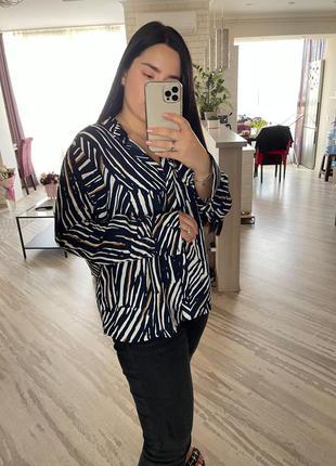 Красивая блуза в абстрактный принт