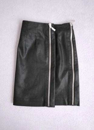 Чёрная вощёная юбка с молниями по бокам