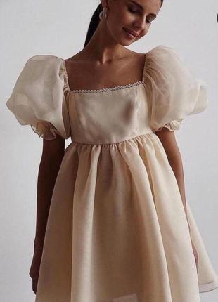 Бежевое платье с пышными рукавами из органзы