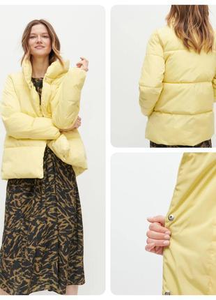 Укороченная куртка из гладкой стеганой ткани.