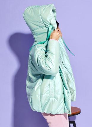 Мятная объемная куртка с капюшоном3 фото