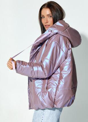 Сиреневая объемная куртка с капюшоном3 фото