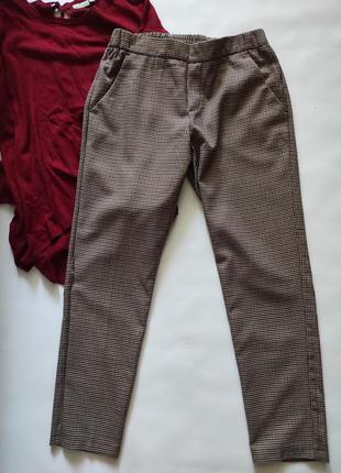 Брюки коричневые, бежевые oodji в клетку на резинке