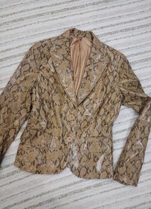 Стильный пиджак под змеиную кожу.