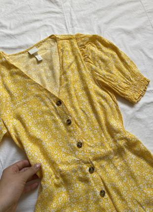 Жёлтое платье мини с пуговицами цветочное3 фото