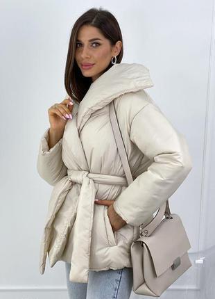 Дутая куртка с запахом и поясом3 фото