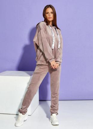 Бежевый велюровый костюм с потайной молнией1 фото