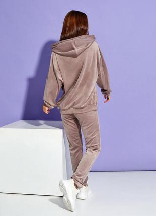 Бежевый велюровый костюм с потайной молнией3 фото