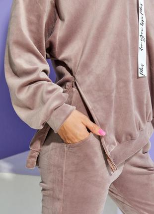 Бежевый велюровый костюм с потайной молнией2 фото