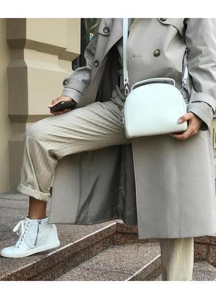 Кожаная сумка на длинном ремешке с кисточкой