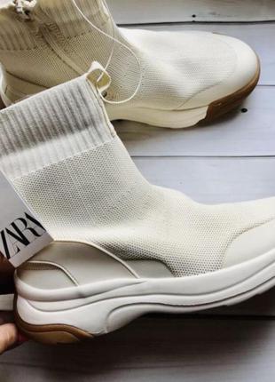 Кроссовки высокие белого цвета