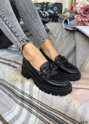 Женские кожаные туфли лоферы с цепью